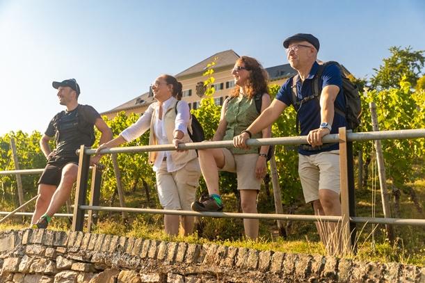 Wanderer bei Schloss Johannisberg